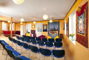Øsal Lings tempelrum med stole 2
